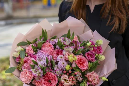 букет с пионовидными розами и альстромериями цена