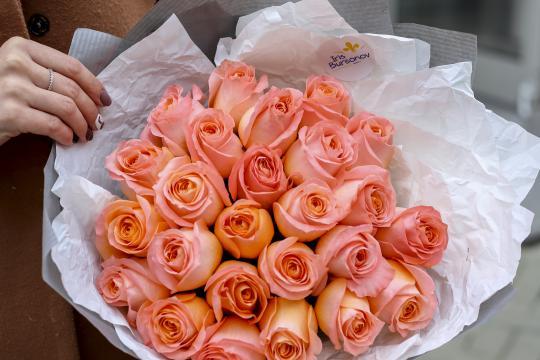 букет из 25 персиковых роз цена