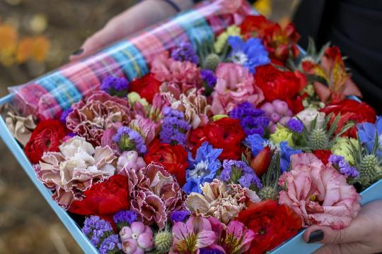 коробочка с цветами и макарунами цена