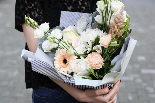 нежный букет из роз и эустомы цена